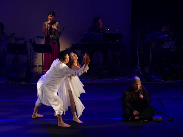 饒平名久乃さん(奥左)が歌う中、心を込めたダンスを披露した中野さん(中央)と金沢さん(左)