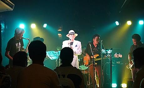 のりすけブラザーズ。左から金岡さん(テナーサックス)、武内さん(ヴォーカル)、池田さん(ベース)、砂川さん(ギター)