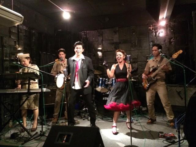 パールヴィレッジマウンテンで歌う上地康代さん(右から2人目)、大濱賢太さん(左から3人目)