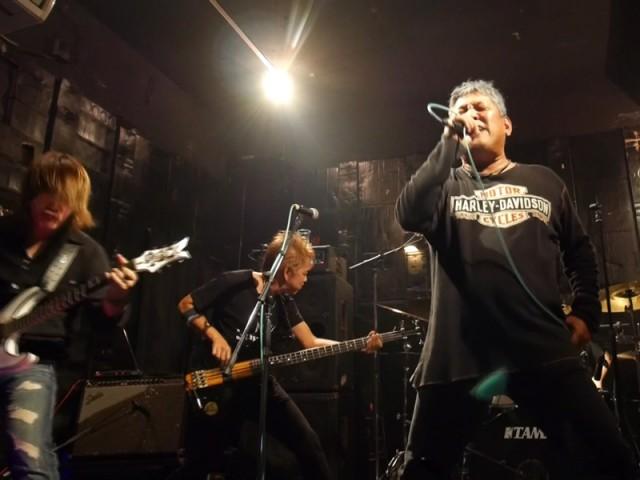 ヘヴィメタル曲を熱唱するYASUさん(右側)