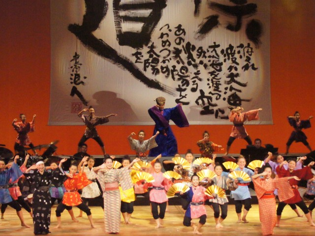 エンディングのダンスに金扇子の演出も加わった