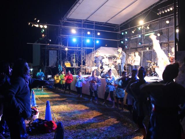 比嘉栄昇さんの歌に合わせて踊るマルシャショーラ
