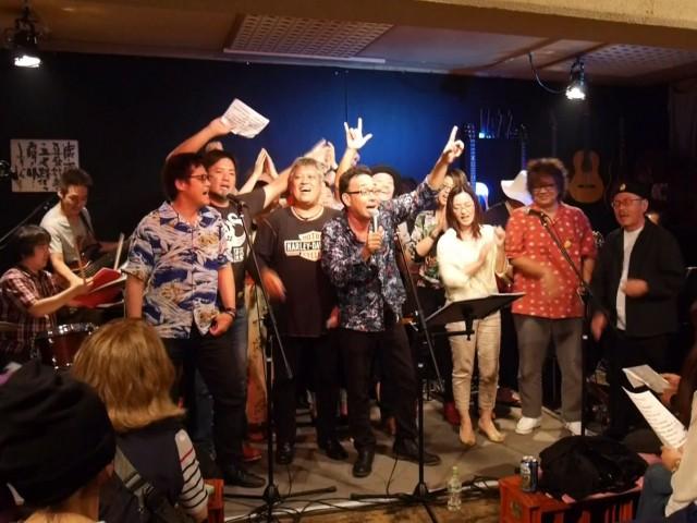東日本大震災チャリティーライブの参加者全員で「満月の夕」を熱唱した