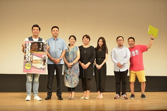 「選ばれた男」の石垣での上映会・フォトコールの様子(石垣市民会館)