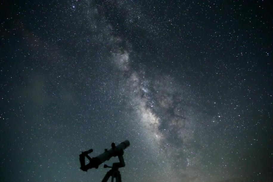 石垣島北部の平久保半島(久宇良地区)で撮影された星空(星空ツーリズム社提供)
