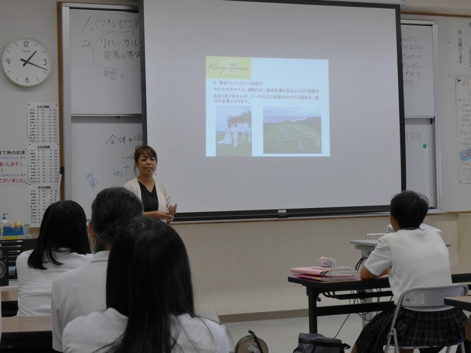 八重山商工生(観光コース)を前に講習する講習する野村君代さん