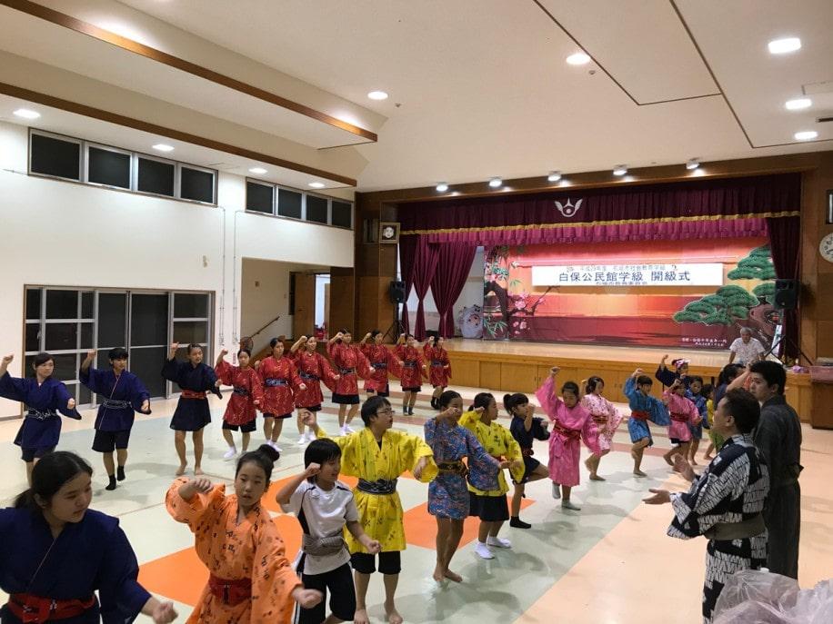 芸術監督らの指導を受けながら踊る八重山の子どもたち