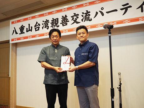 「ART BOOK Vol.1」関係者が参加した「八重山台湾親善交流パーティー」の席上で義援金が贈呈された。