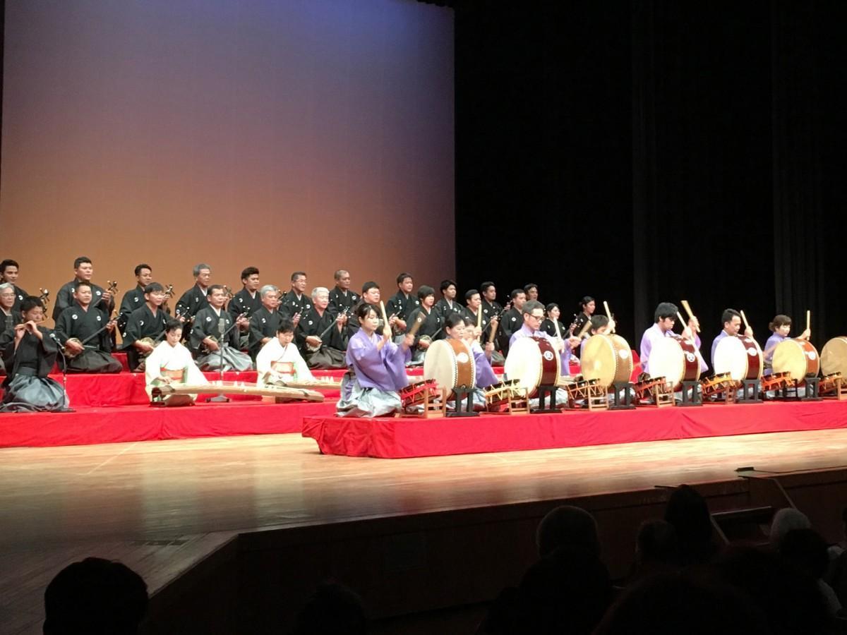 八重山支部設立30周年記念公演「絃聲の宴」合奏の様子