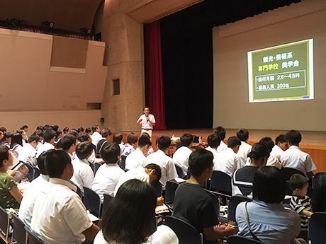 奨学金アドバイサー・久米忠史さんによるセミナーの様子