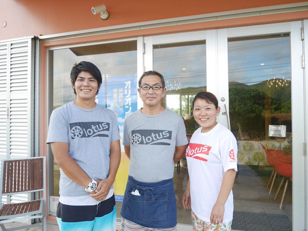 経営する露崎正人さん(中央)と妻の千秋さん(右)と従業員の松村さん(左)