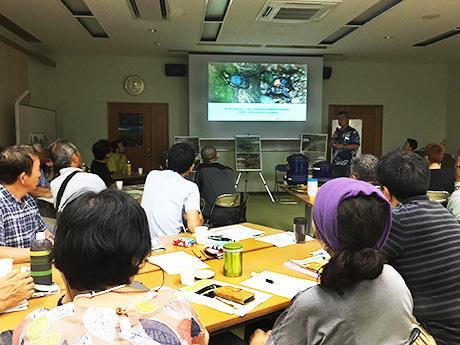 南西諸島に生息する野生生物について説明する兵庫県立大学の太田英利教授