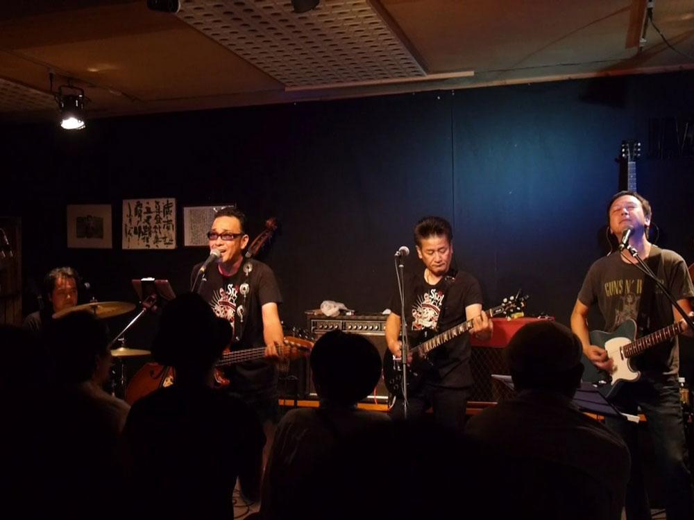 池田真作さん(左から2人目)と同級生の砂川英人さん(同3人目)がメインのバンド「Forty 41 One」は、THE MODSの曲をカバーする
