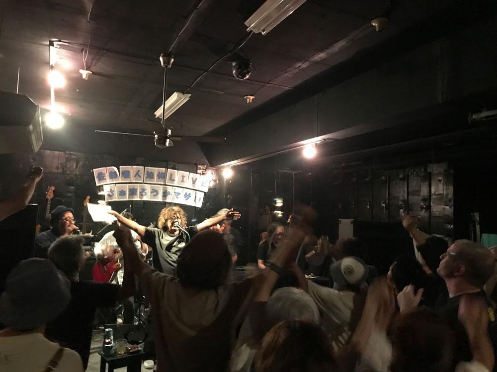 会場の全員でI Shall be releasedを歌った。ステージ中央は池原コーイチさん