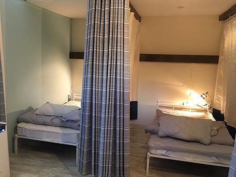 カーテンで仕切られたベッドスペース