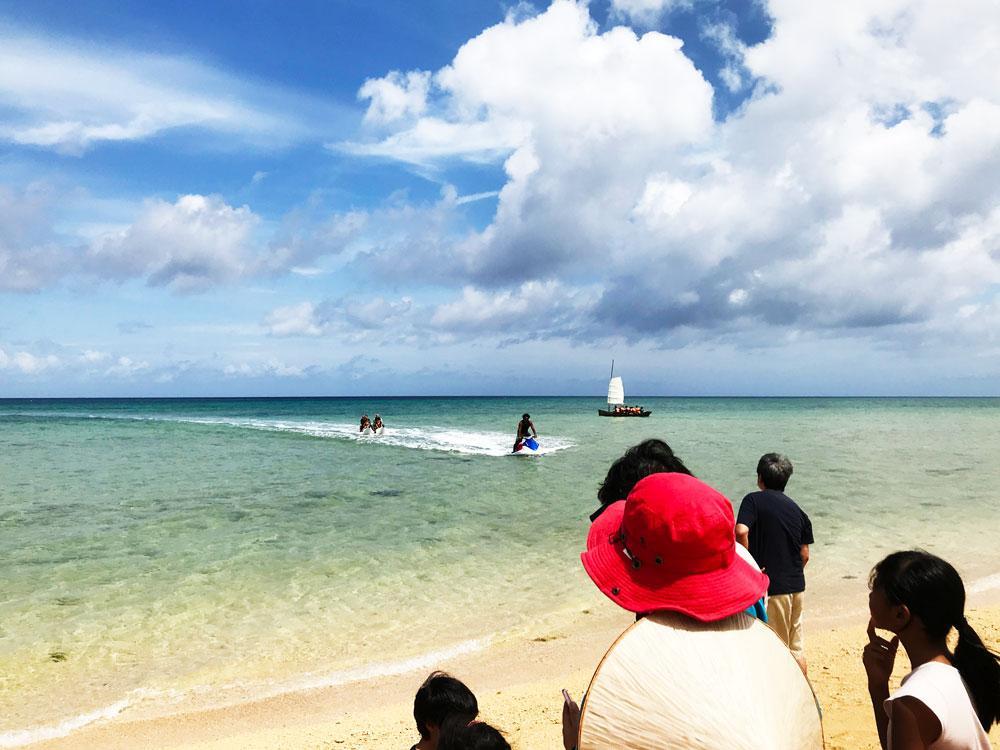 セブンカラーズ石垣島の前の海では、バナナボートととサバニライドが行われた