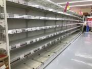 石垣市内のスーパーでは、カップ麺・インスタント麺の棚が空になっている