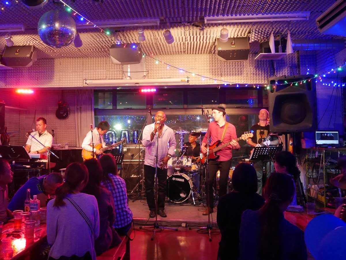シティージャックでのライブの様子。主催したパウロ・ヴァルガスさん(舞台後方)とクライド・W,ウィリアムさん(左から3人目)、ザック・クロクサルさん(右から2人目)