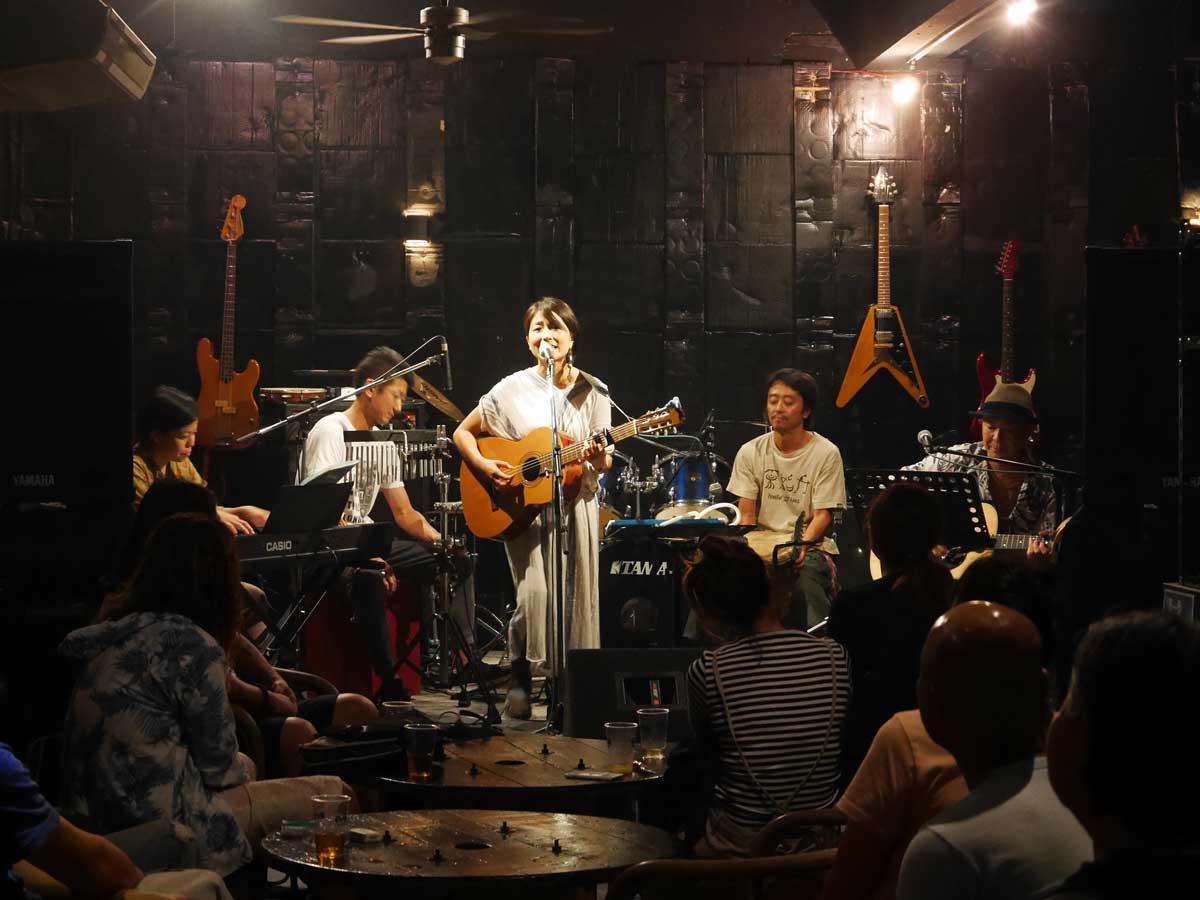 石垣島でレコ発ライブを行った旅するシンガー・ソングライター輪さん(中央)