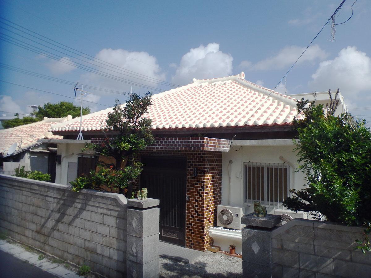 石垣市街地にある古民家を一棟まるごと借りられる「ちゅら赤瓦」の外観
