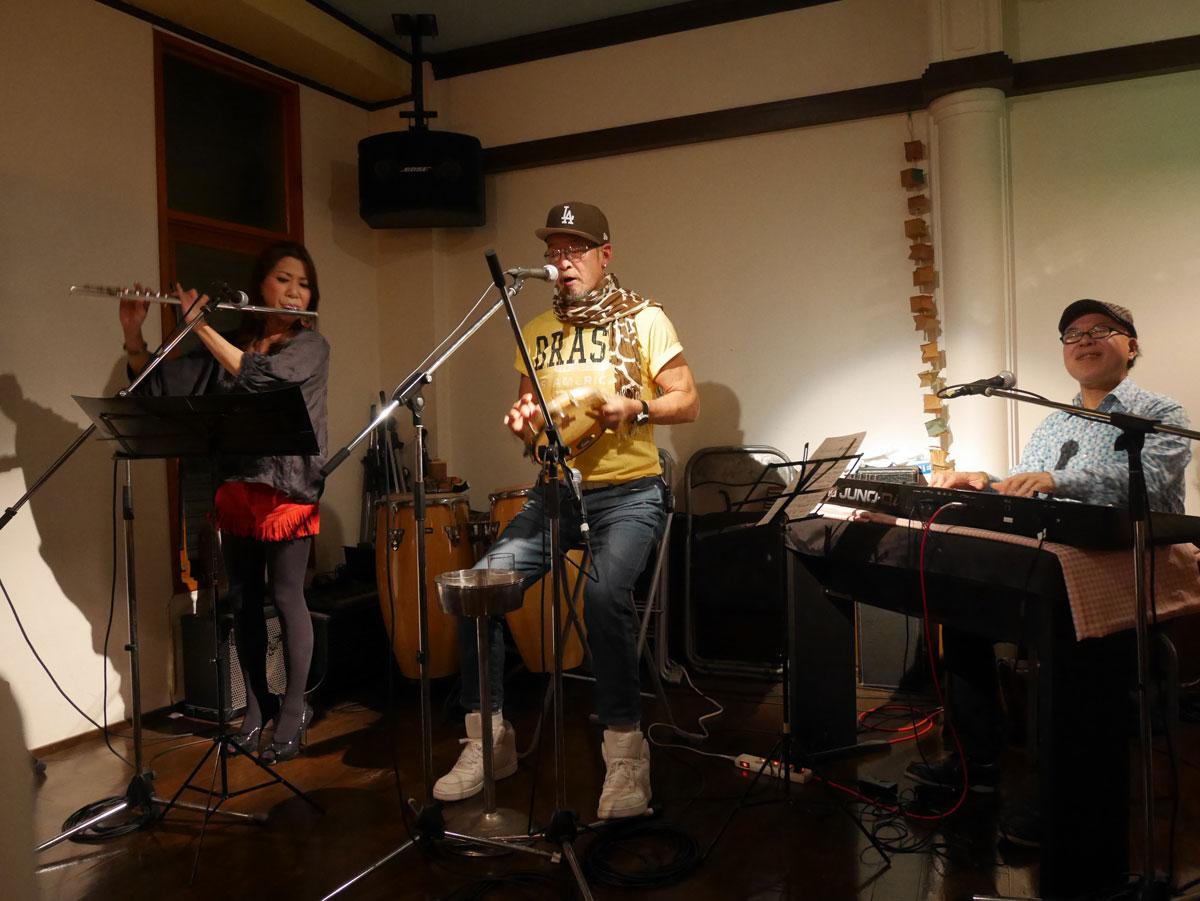 「Terra do samba」のゲーリー杉田さん(中央)、鈴木厚志さん(右)、幸枝さん(左)