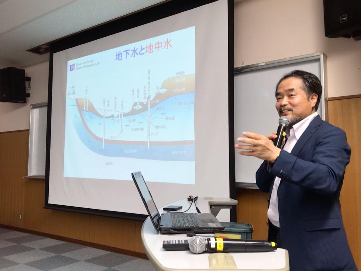 石垣島で講演する法政大学の小寺浩二准教授