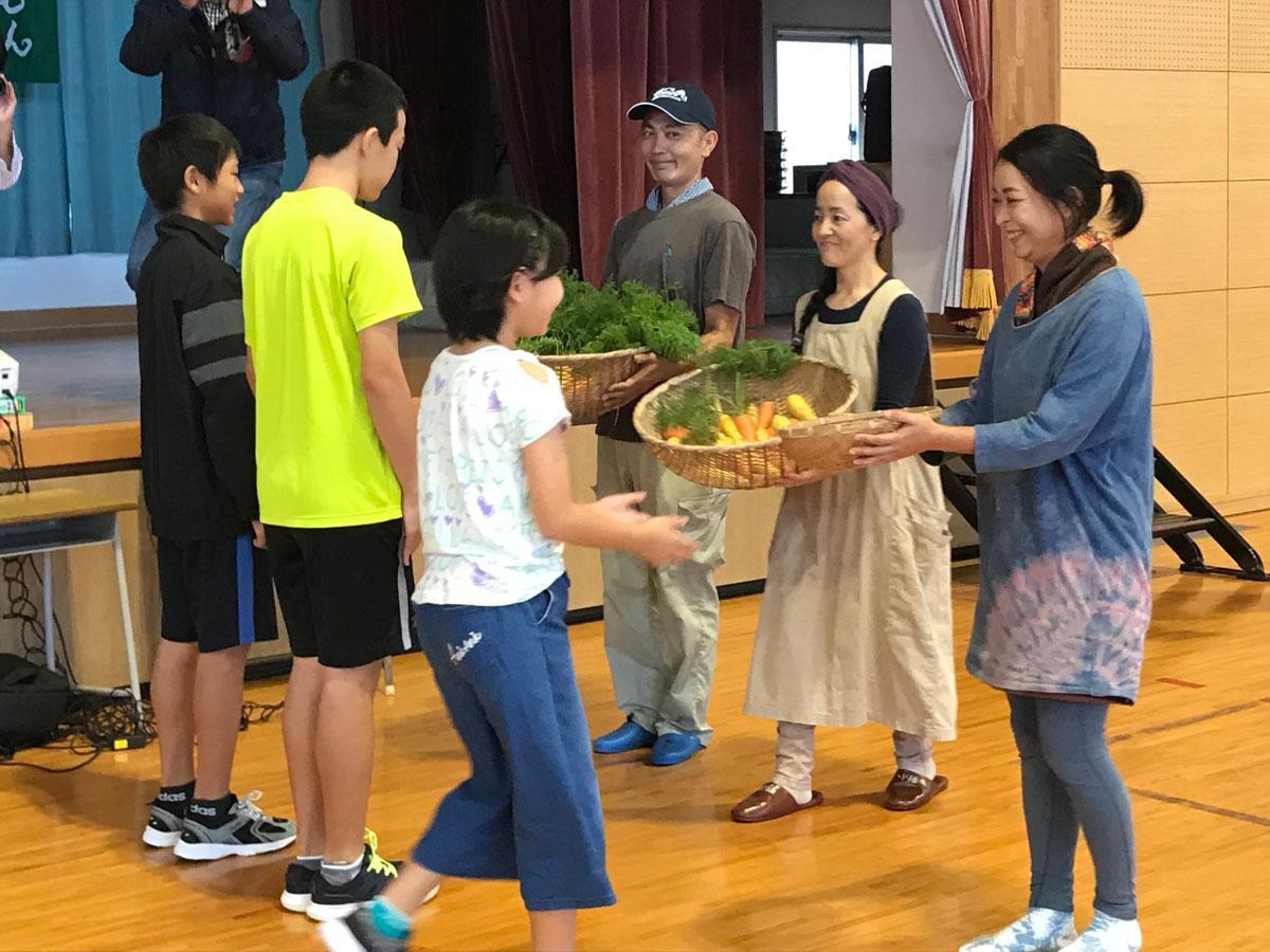 北部地区小中学校給食初出荷セレモニー(於野底小学校体育館)の様子
