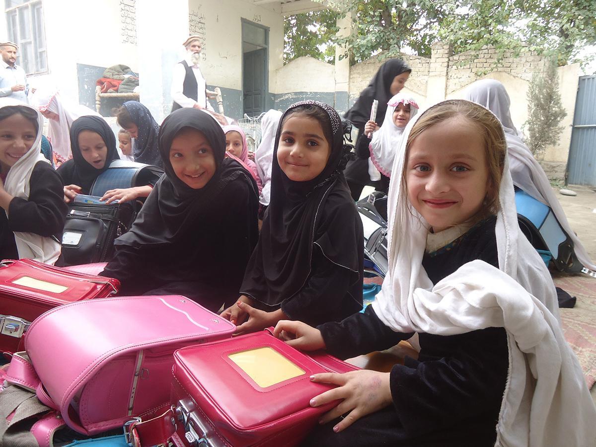 ランドセルを受け取ったアフガニスタンの子どもたち(写真提供=ジョイセフ)
