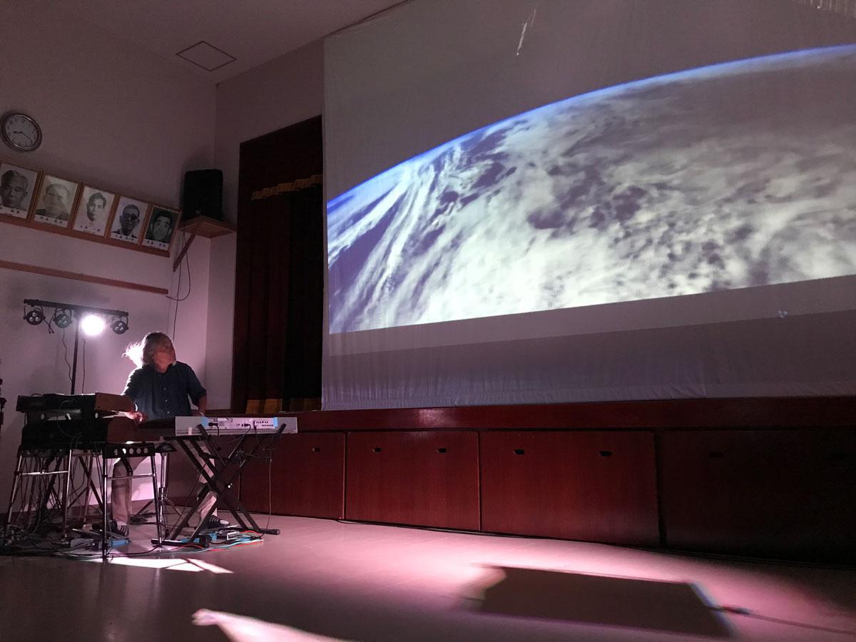 宇宙の映像とコラボレーションする喜多郎さんのシンセサイザー