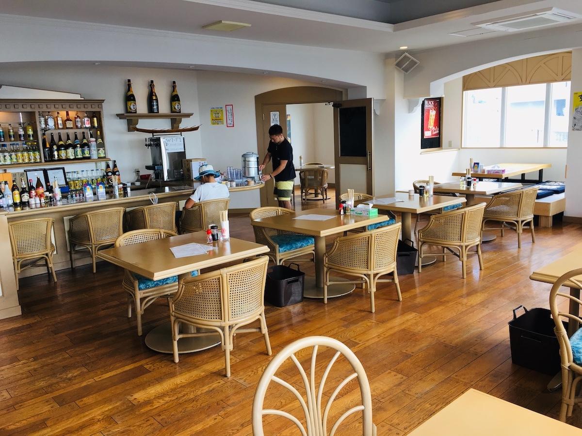 石垣市登野城にオープンした「麺ばるU.Kitchen」店内