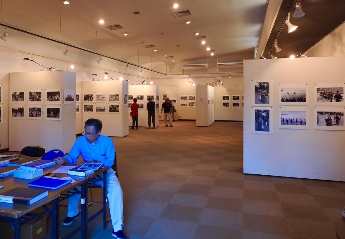 石垣市民会館展示ホールで開催されている「ときがみつめる八重山の祭祀写真」(石垣展)の様子