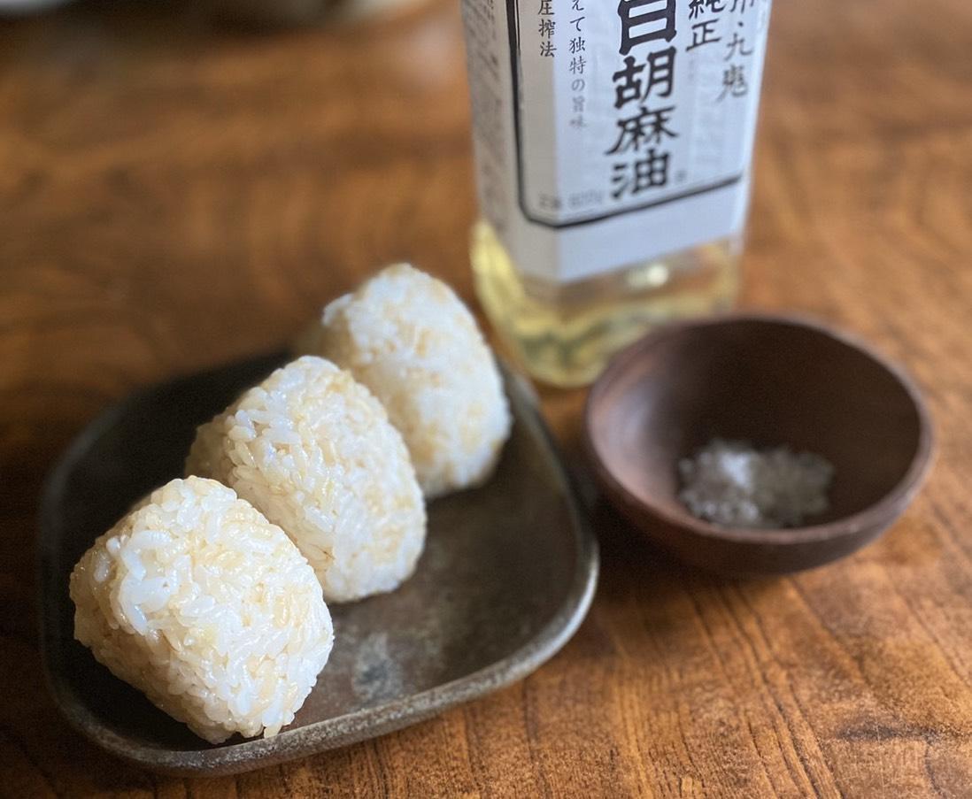 熊本や岐阜の自然農法白米、9種類以上の塩がブレンドされた漢宝塩、太白ごま油で作った塩おにぎり