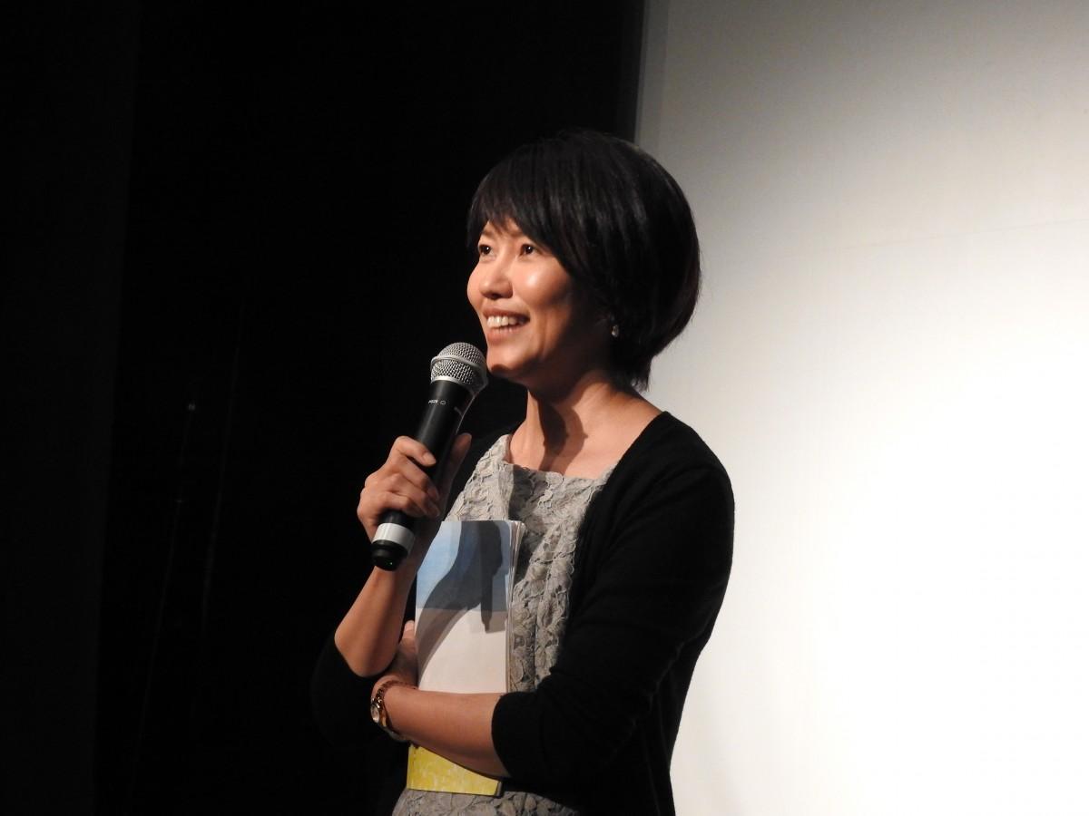 「ちむぐりさ 菜の花の沖縄日記」上映後の舞台挨拶に立つ平良いずみ監督