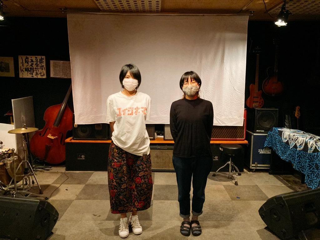 ゆいシネマを守る会の竹内真弓さん(右)と宮良麻奈美さん(左)