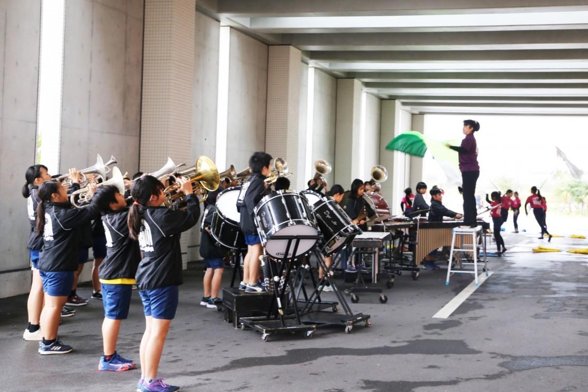 県立八重山病院で行われた平真小学校マーチングバンド部による演奏