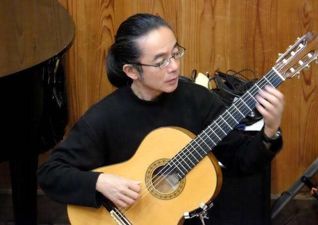 ギター演奏をするスパニッシュ・ギタリストの山田陽一郎さん