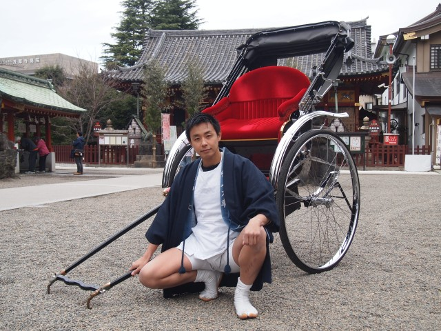 人力車を前に冒険への思いを語る阿部さん