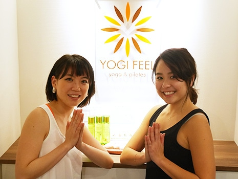 YOGI FEELのチーフ佐藤さん(左)とインストラクターのAYAEさん(右)