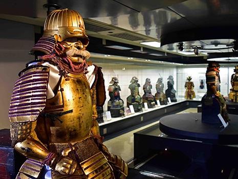 甲冑刀剣収集家・関谷弘道さん(故人)の遺言で寄贈されたコレクションを中心に約60点が展示
