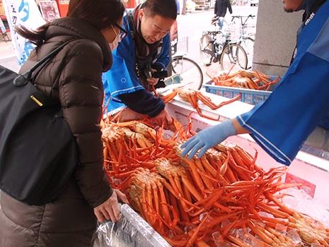 2月25日からはカニメニュー企画のほか、富山県魚津市と提携したカニづくしイベントを行う(昨年の様子)