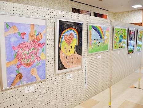 「平和と戦争」をテーマとする小・中学生の作品と、板橋区郷土資料館による資料が展示される(昨年の様子)
