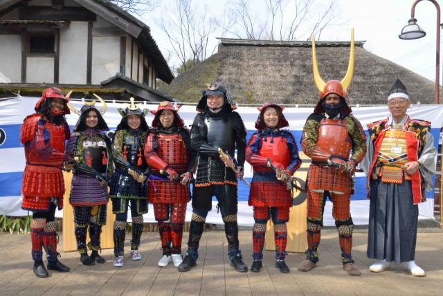 板橋で外国人向け日本文化体験ツアー 鎧の着付け体験も