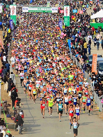マラソンの部では朝9時の号砲とともに、荒川河川敷内の特設会場前から1万4940人が出走した