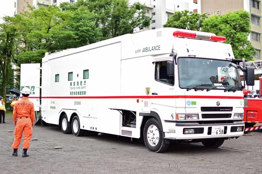 東京消防庁の特別高度救助隊が所有する希少車両「スーパーアンビュランス」も登場