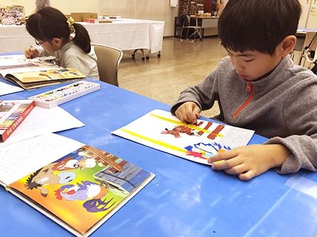 「みんなでつくろう!てづくりえほん」では20組の親子が絵本作りに挑戦