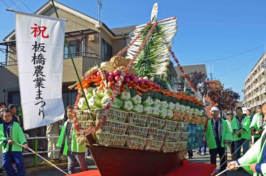 大根や白菜、長ネギなど総重量1.5トンの野菜で作られた「野菜宝船」(昨年の様子)
