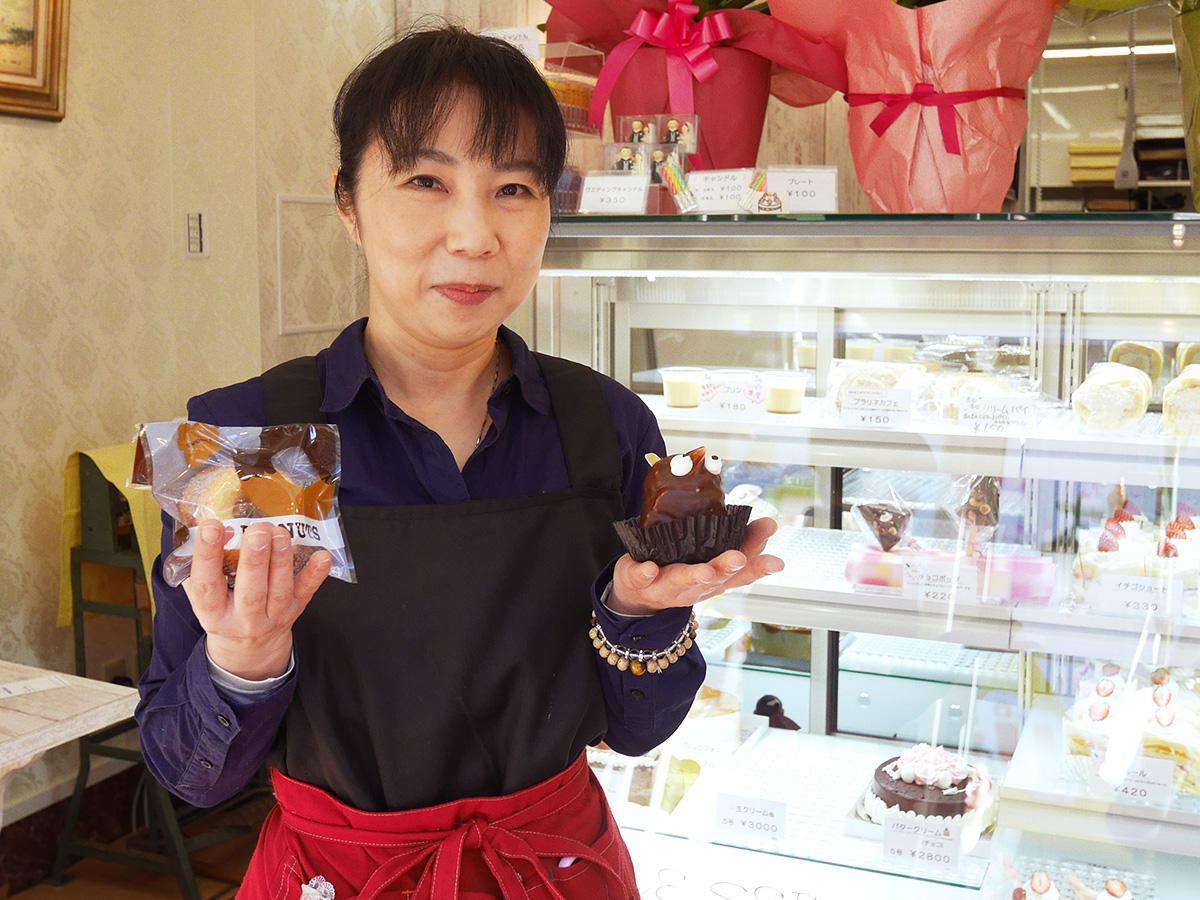 新商品の「焼きドーナツ」(左)と、人気商品の「タヌキ」(右)