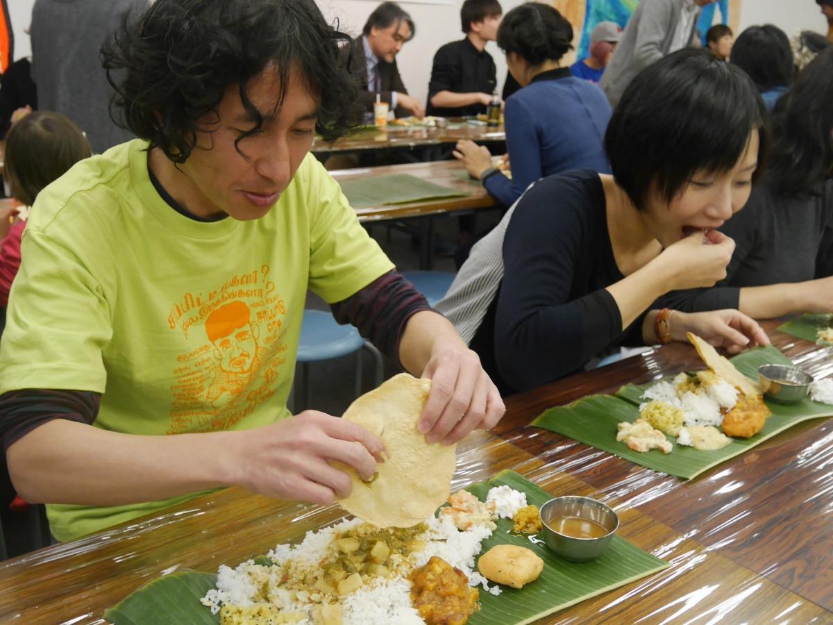 本場さながらに提供されたミールスを手づかみで味わう参加者たち