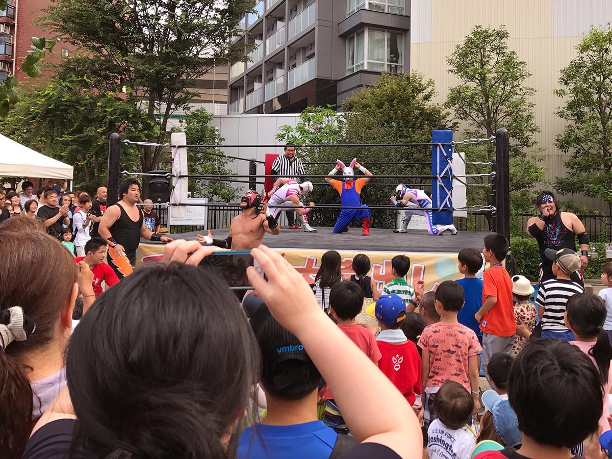 いたばしプロレスリングの試合でにぎわう板橋三丁目縁宿広場