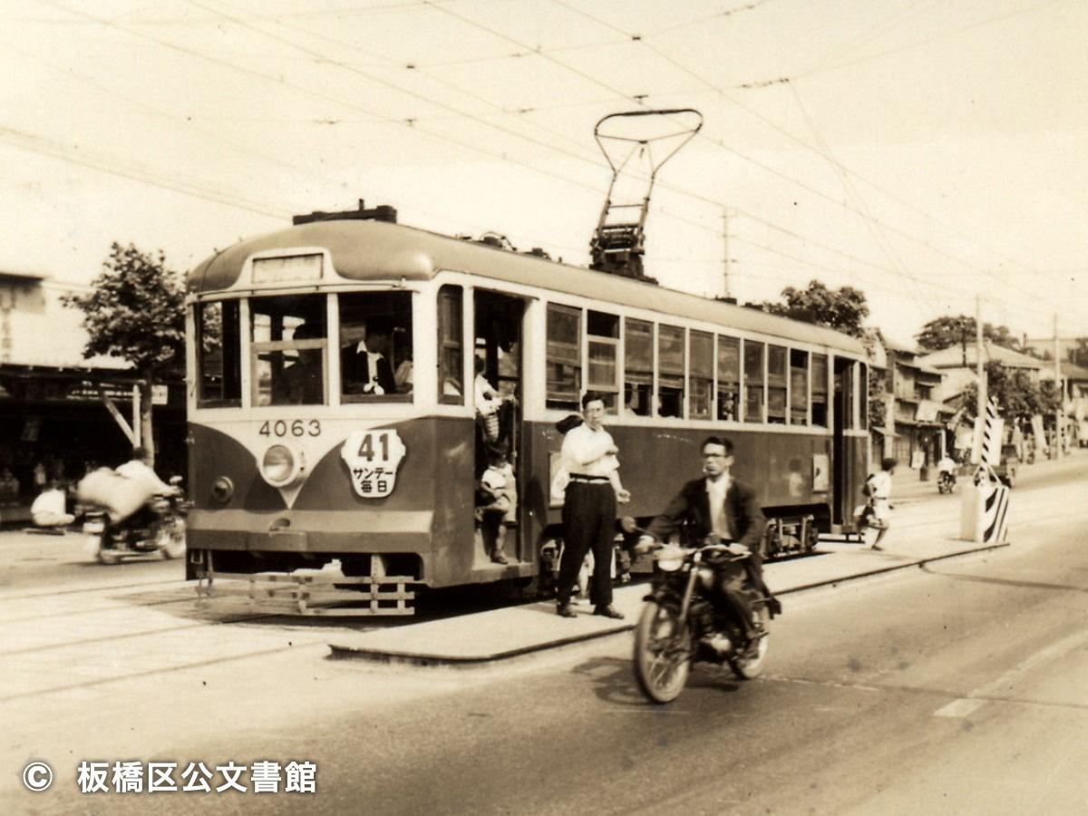 1954(昭和29)年に撮影された路面電車停留場の光景